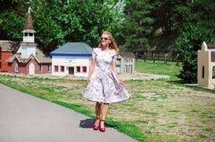 Junge Dame im Weinlesekleid Lizenzfreies Stockfoto