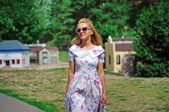 Junge Dame im Weinlesekleid und -Sonnenbrille Lizenzfreie Stockfotos