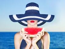 Junge Dame in Meer mit Wassermelone Lizenzfreies Stockbild