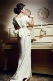 Junge Dame mit dem Klavier Stockfoto