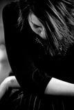 Junge Dame mit dem Kopf gebeugt Stockfotografie