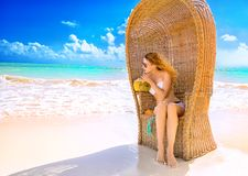 Junge Dame mit der Sonnenbrille, die auf dem tropischen Strand sich entspannt Lizenzfreie Stockbilder