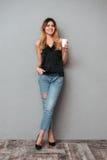 Junge Dame mit der Tasse Kaffee-Aufstellung lokalisiert Stockfotografie
