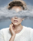Junge Dame mit Kopf in den Wolken stockfotos