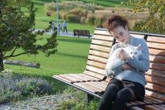 Junge Dame mit Maine Coon-Katze Lizenzfreies Stockbild