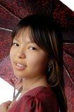 Junge Dame mit Regenschirm Stockbild