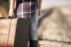 Junge Dame mit Retro- Koffer auf Eisenbahn Lizenzfreie Stockbilder