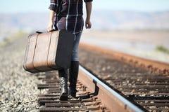Junge Dame mit Retro- Koffer auf Eisenbahn Stockfoto