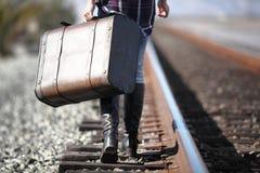 Junge Dame mit Retro- Koffer auf Eisenbahn Lizenzfreies Stockfoto