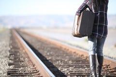 Junge Dame mit Retro- Koffer auf Eisenbahn Stockfotografie