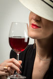 Junge Dame mit Rotwein Stockfotos