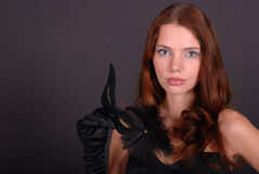 Junge Dame mit Schablone in der Hand stockbilder