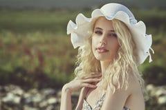 Junge Dame mit Sonnenhut Stockfoto
