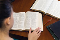Junge Dame Studying The Bible Stockfotos