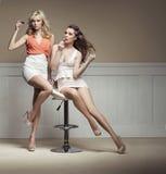 Junge Frauen, die zur Partei sich vorbereiten Stockfotos