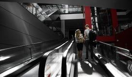 Junge datierende Familie und verbringend Zeit im Einkaufszentrum lizenzfreie stockfotografie