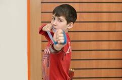 Junge dehnt den Gummigreifer aus Stockfotos