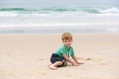 Junge in dem Ozean stockbild