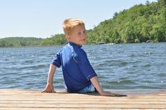Junge in dem See Stockbild