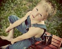 Junge in den Dungarees Stockbilder
