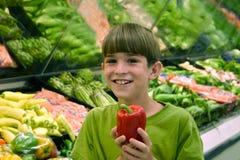 Junge in den Gemischtwarenladen Stockfoto