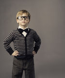 Junge in den Gläsern, kleines Kinderporträt, scherzen intelligente Freizeitbekleidung Lizenzfreie Stockbilder