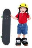 Junge in den großen Schuhen mit Sturzhelm und Skateboard über Weiß Lizenzfreie Stockfotos