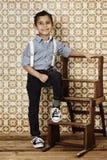 Junge in den Klammern, Porträt Stockbild