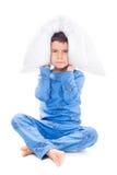 Junge in den Pyjamas mit einem Kissen Lizenzfreie Stockfotos