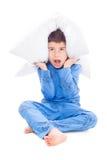 Junge in den Pyjamas mit einem Kissen Stockbilder
