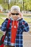 Junge in den schwarzen Sonnenbrillen Stockfotografie