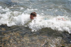 Junge in den Wellen Lizenzfreies Stockfoto