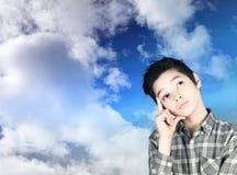 Junge in den Wolken lizenzfreie stockfotos