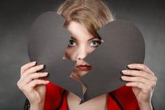 Junge deprimierte Frau abgedeckt durch defektes Herz Stockfotos