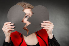 Junge deprimierte Frau abgedeckt durch defektes Herz Lizenzfreies Stockbild