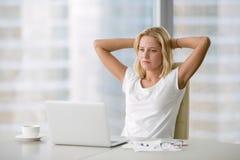 Junge deprimierte Frau am Laptop Stockfotografie