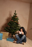 Junge deprimierte Frau am Weihnachten Lizenzfreies Stockfoto