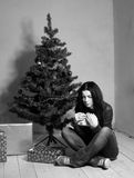 Junge deprimierte Frau am Weihnachten Stockfotos