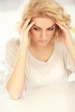Junge deprimierte Frau zu Hause Stockfotos