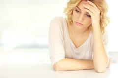 Junge deprimierte Frau zu Hause Stockbild