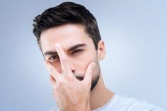 Junge deprimierte Person, die zurückweist, um seine Gefühle und Gesicht zu zeigen Stockfoto