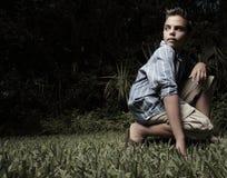 Junge, der über seiner Schulter schaut Lizenzfreies Stockfoto