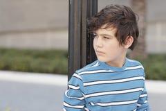 Junge, der über seiner Schulter schaut Lizenzfreie Stockbilder