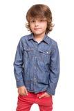 Junge, der über Weiß aufwirft Lizenzfreie Stockfotos
