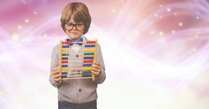 Junge, der Abakus über bokeh betrachtet Lizenzfreies Stockfoto