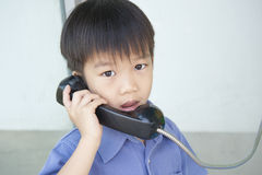 Junge, der allgemeines Telefon verwendet Lizenzfreie Stockbilder