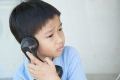 Junge, der allgemeines Telefon verwendet Lizenzfreie Stockfotos