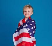 Junge in der amerikanischen Flagge Stockfotografie