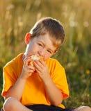 Junge, der Apfel isst Stockfoto
