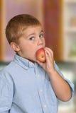 Junge, der Apple isst Lizenzfreie Stockfotos